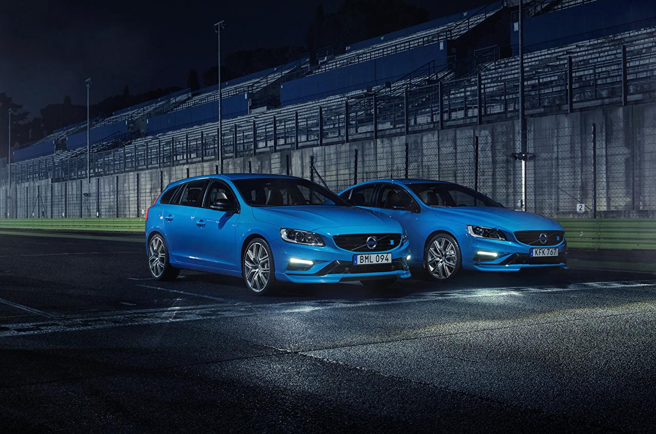Обои для рабочего стола Вольво Двое Голубой авто Volvo 2 два две вдвоем голубая голубые голубых машина машины Автомобили автомобиль