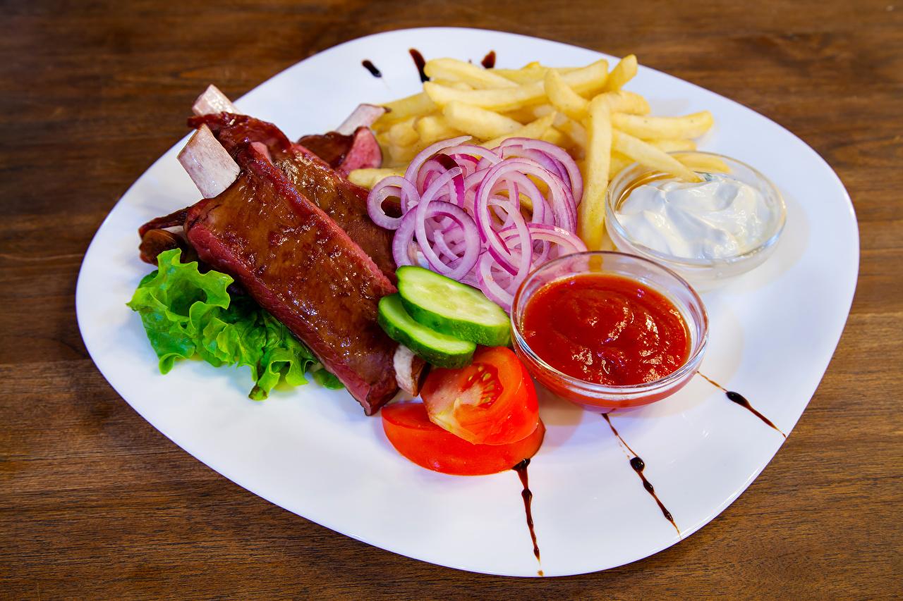 Картинка Картофель фри кетчупом Овощи тарелке Продукты питания Мясные продукты Кетчуп кетчупа Еда Пища Тарелка