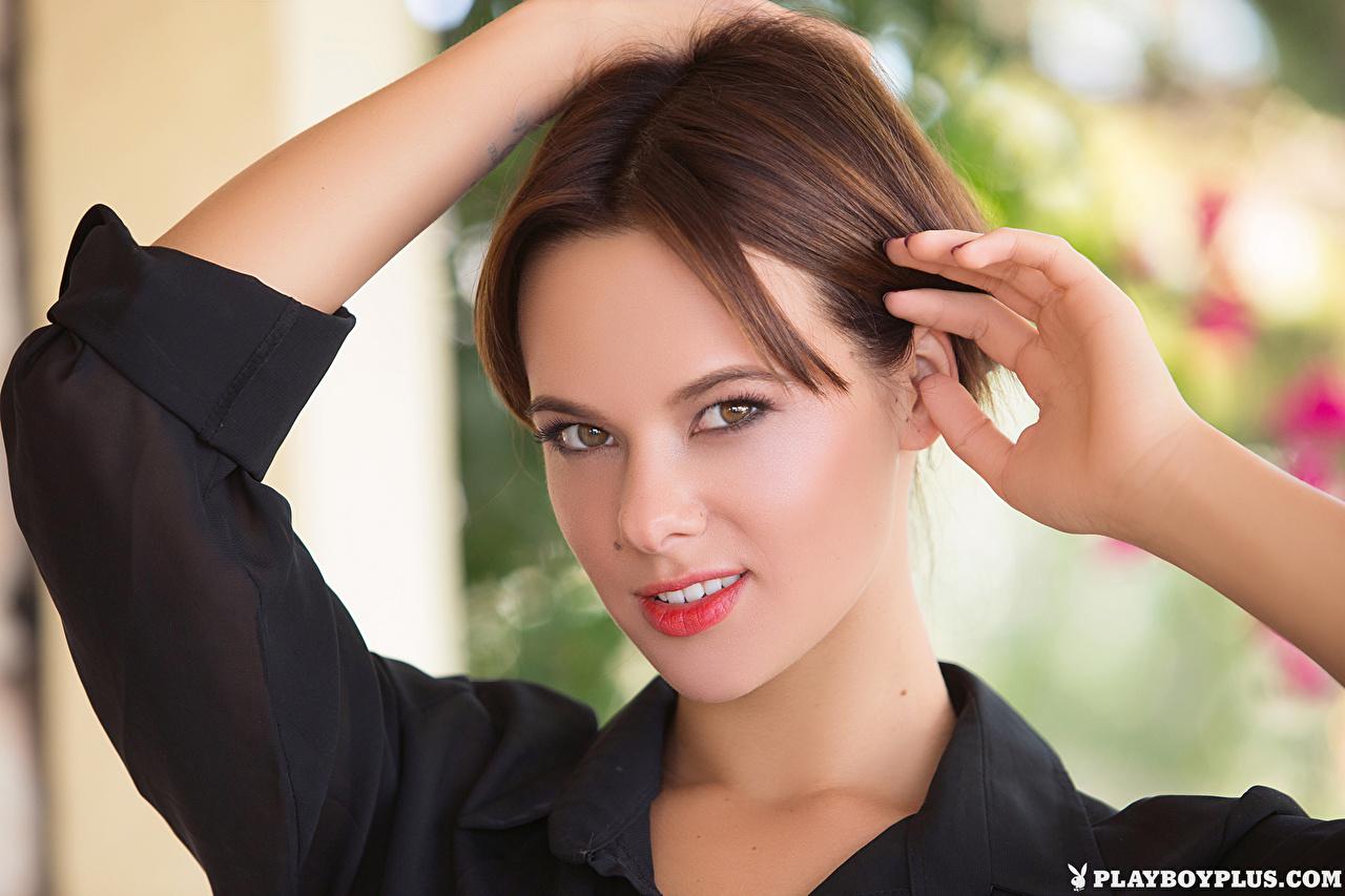 Картинки шатенки Raise лица Девушки Playboy Руки смотрят Шатенка Лицо девушка молодые женщины молодая женщина рука Взгляд смотрит