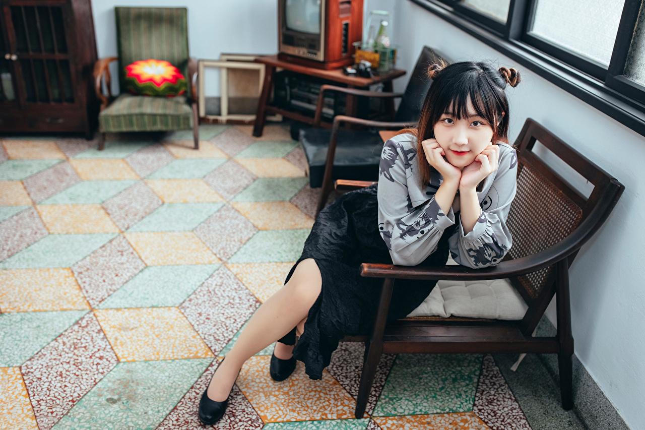 Картинки молодая женщина Азиаты Кресло сидящие Взгляд девушка Девушки молодые женщины азиатки азиатка сидя Сидит смотрит смотрят