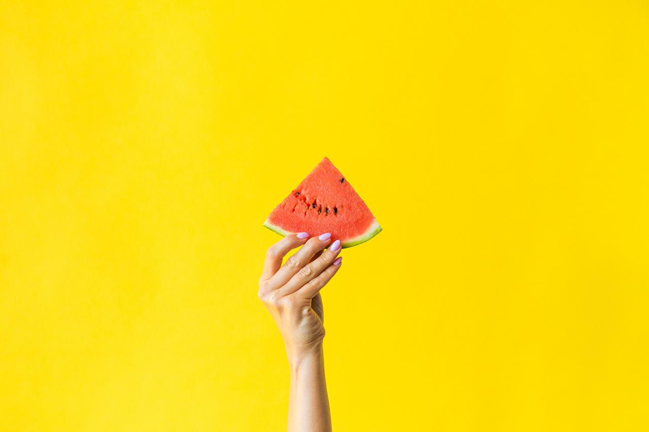 Обои для рабочего стола Кусок Арбузы Еда Руки Пальцы Цветной фон часть кусочек кусочки рука Пища Продукты питания