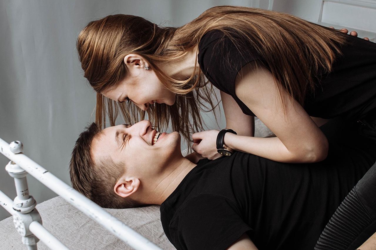 Картинка шатенки Мужчины любовники улыбается вдвоем Девушки Шатенка Влюбленные пары Улыбка 2 два две Двое