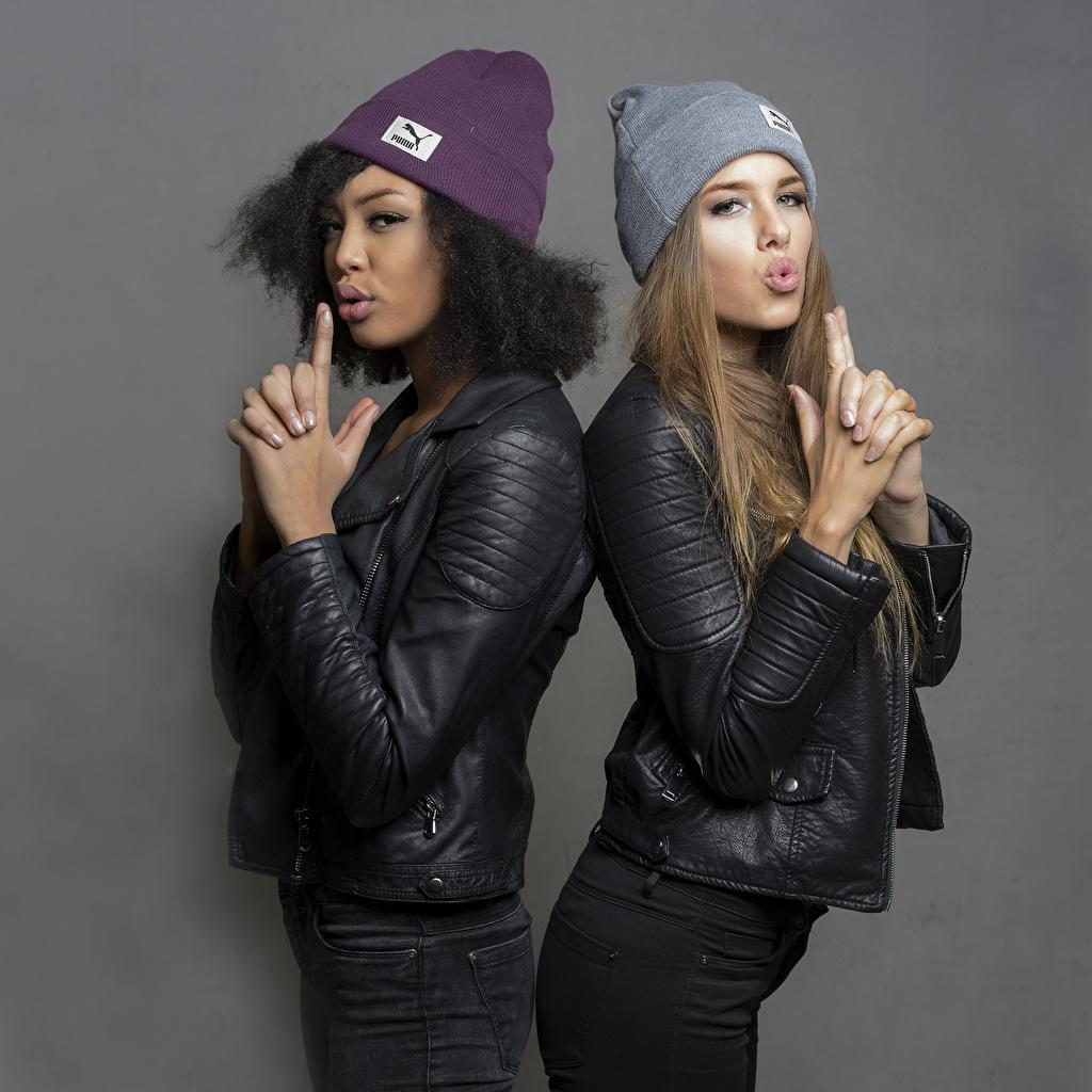 Картинки Sainabou and Vanessa Поза 2 Негр куртки в шапке Девушки Руки позирует два две Двое шапка Шапки негры вдвоем куртке Куртка куртках девушка молодая женщина молодые женщины рука