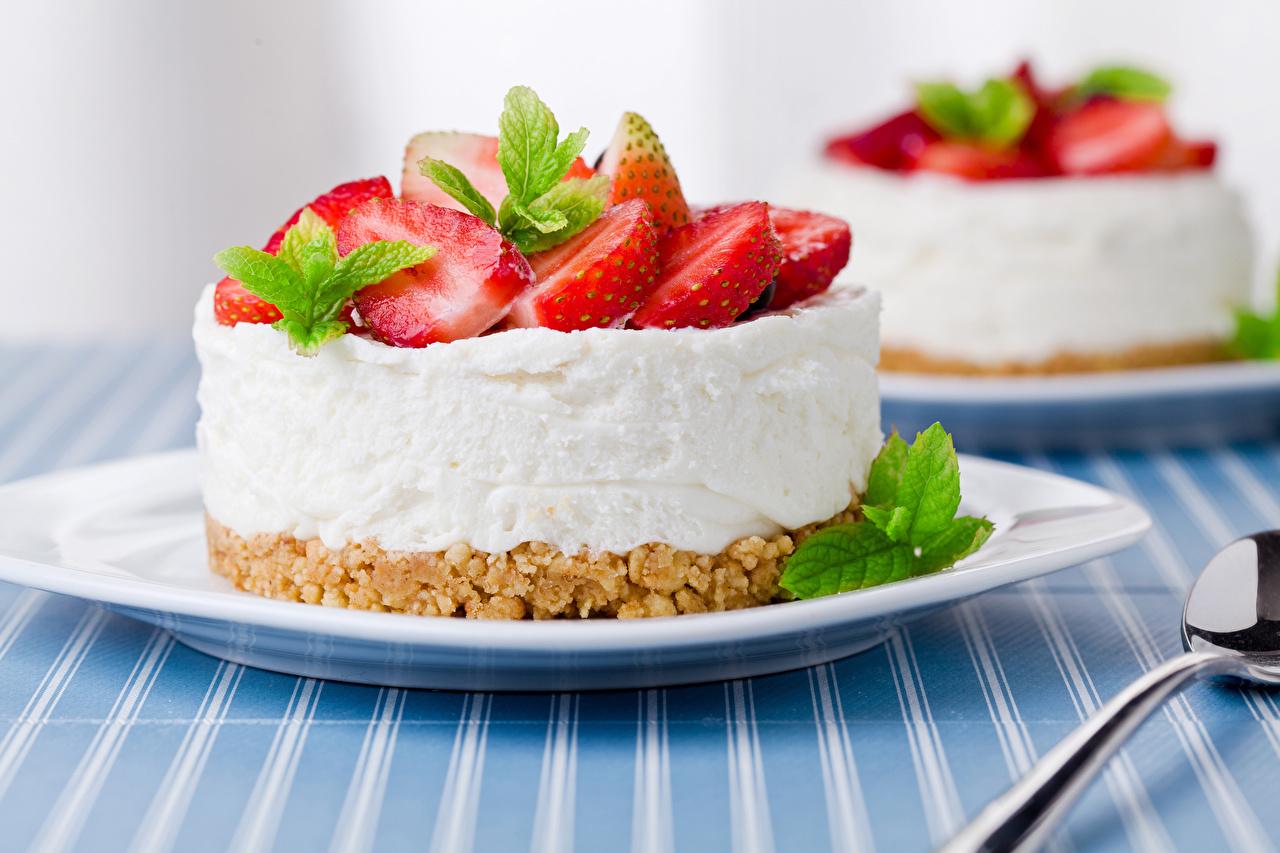 Картинки Клубника тарелке Продукты питания Пирожное Сладости Еда Пища Тарелка сладкая еда