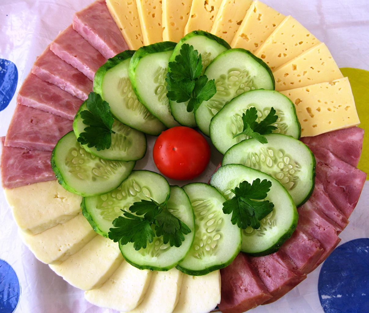 Картинка Огурцы Помидоры Сыры Ветчина Пища нарезка Томаты Еда Продукты питания Нарезанные продукты