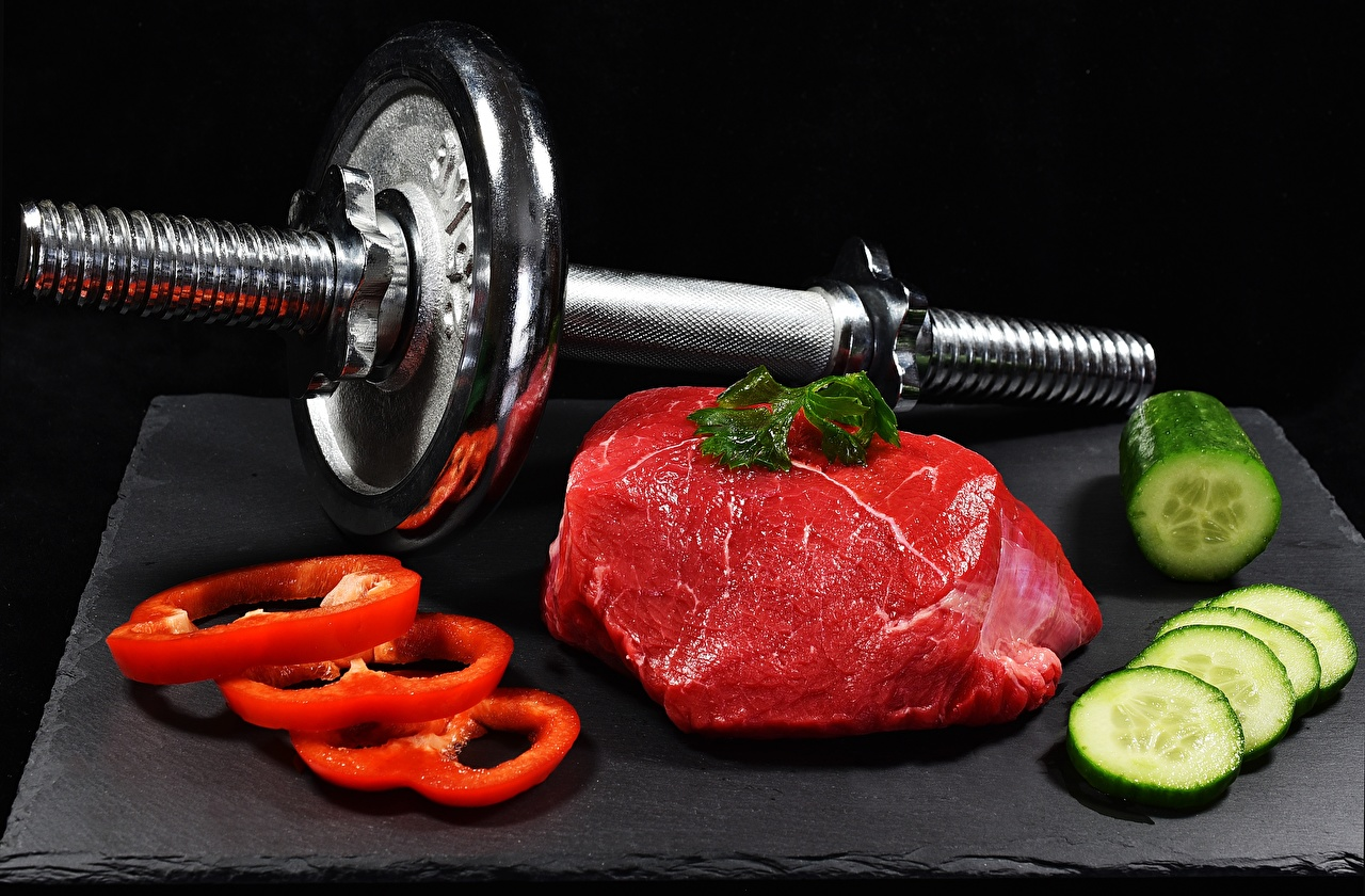 Картинка Огурцы Гантели Пища Перец нарезка Черный фон Мясные продукты Еда Продукты питания Нарезанные продукты
