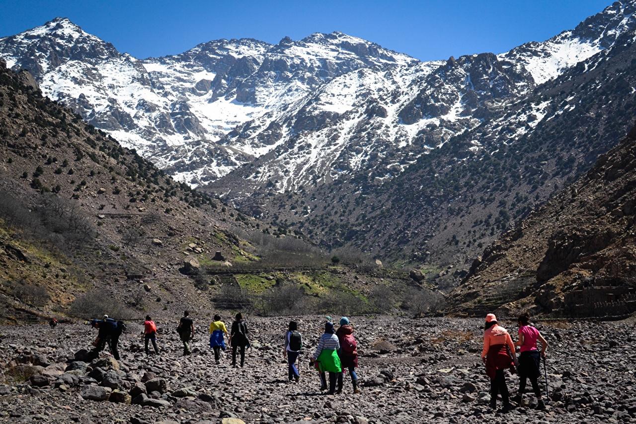Фотография Турист Марокко Atles гора Утес гуляет Природа снега Камни путешественник Горы идет Скала скале скалы ходьба Прогулка Снег снегу снеге Камень