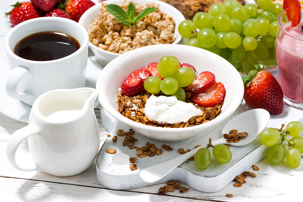 Картинки Молоко Кофе Завтрак Виноград Клубника Еда чашке Мюсли Тарелка Пища Чашка тарелке Продукты питания