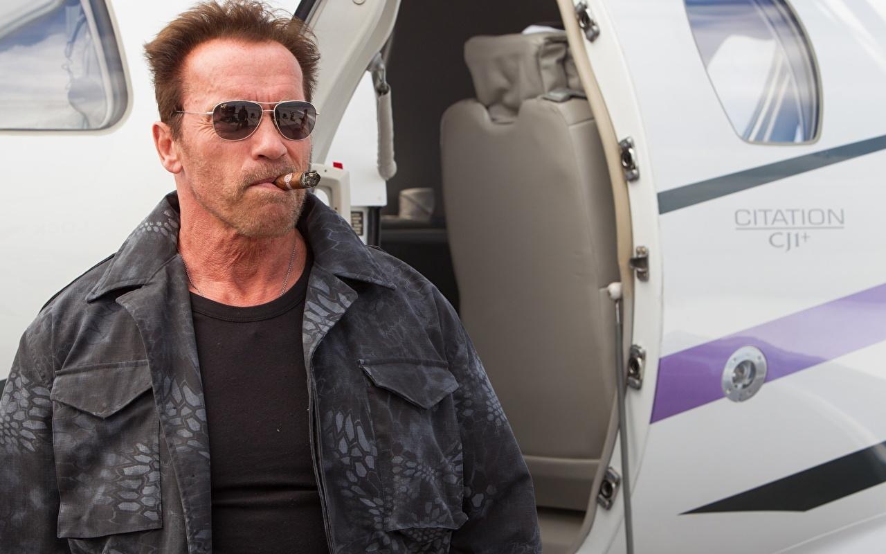 Обои для рабочего стола Неудержимые Арнольд Шварценеггер куртке Фильмы очков Знаменитости Arnold Schwarzenegger Куртка куртки куртках кино Очки очках