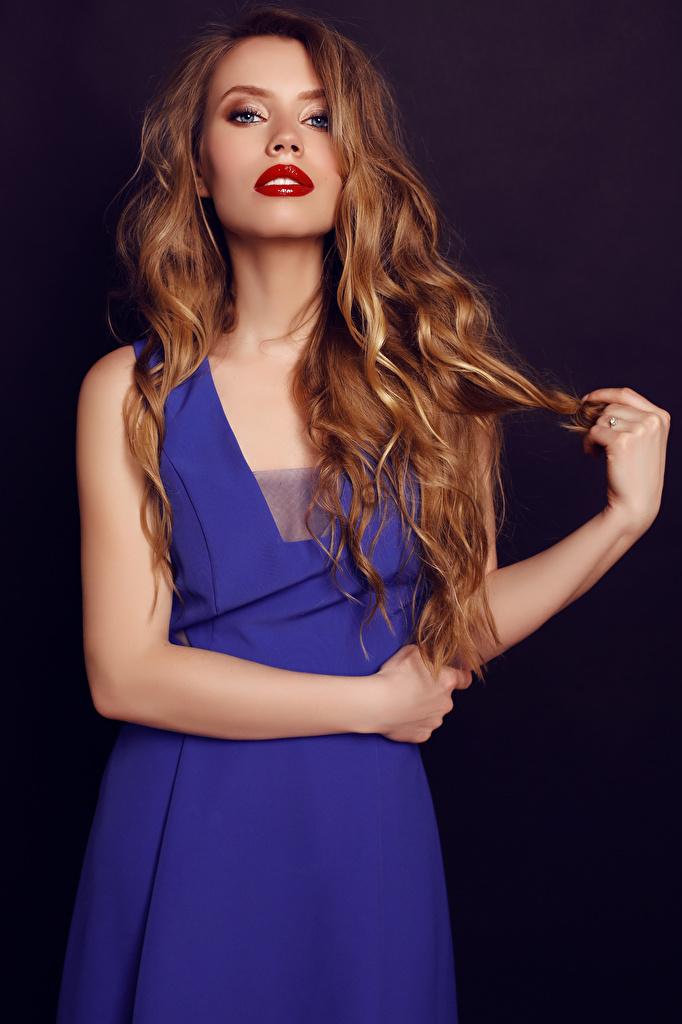 Фотографии шатенки молодые женщины Взгляд Черный фон Платье  для мобильного телефона Шатенка девушка Девушки молодая женщина смотрят смотрит на черном фоне платья