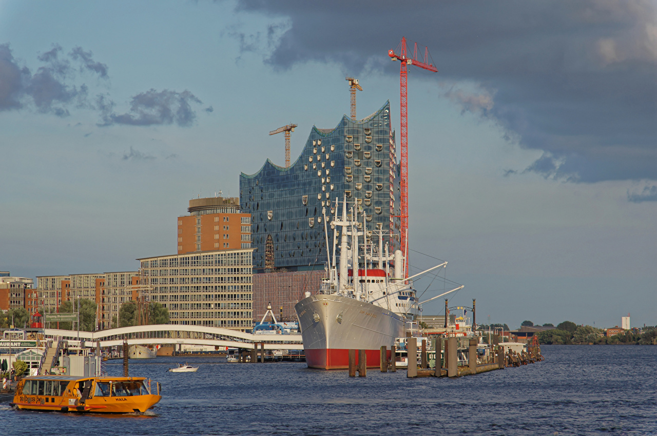 Фото Гамбург Германия корабль речка Причалы Города Здания Корабли Реки река Пирсы Пристань Дома город