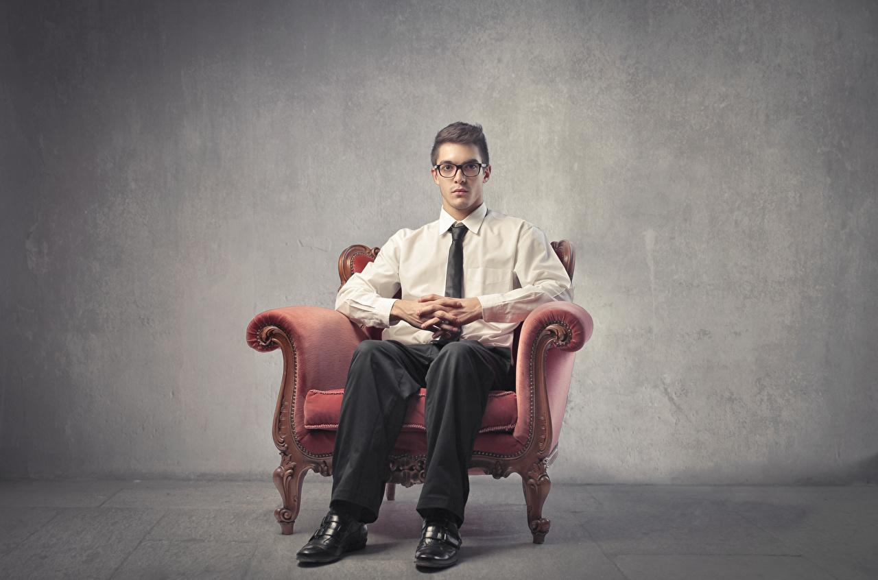 Фотография мужчина очках Сидит Кресло Мужчины Очки сидя очков сидящие