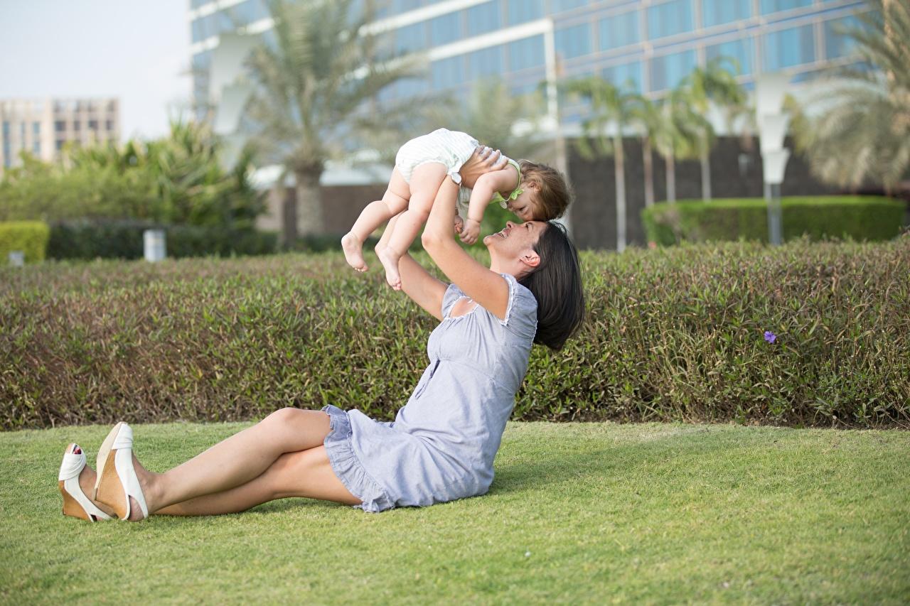 Фотографии Младенцы Брюнетка Мать Ребёнок Лето Любовь сидящие грудной ребёнок Мама Дети Сидит