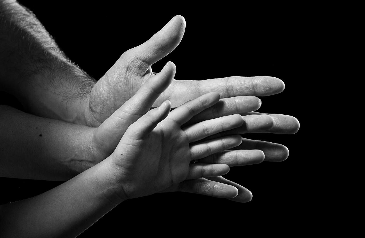 Фото рука Пальцы вблизи на черном фоне Руки Черный фон Крупным планом