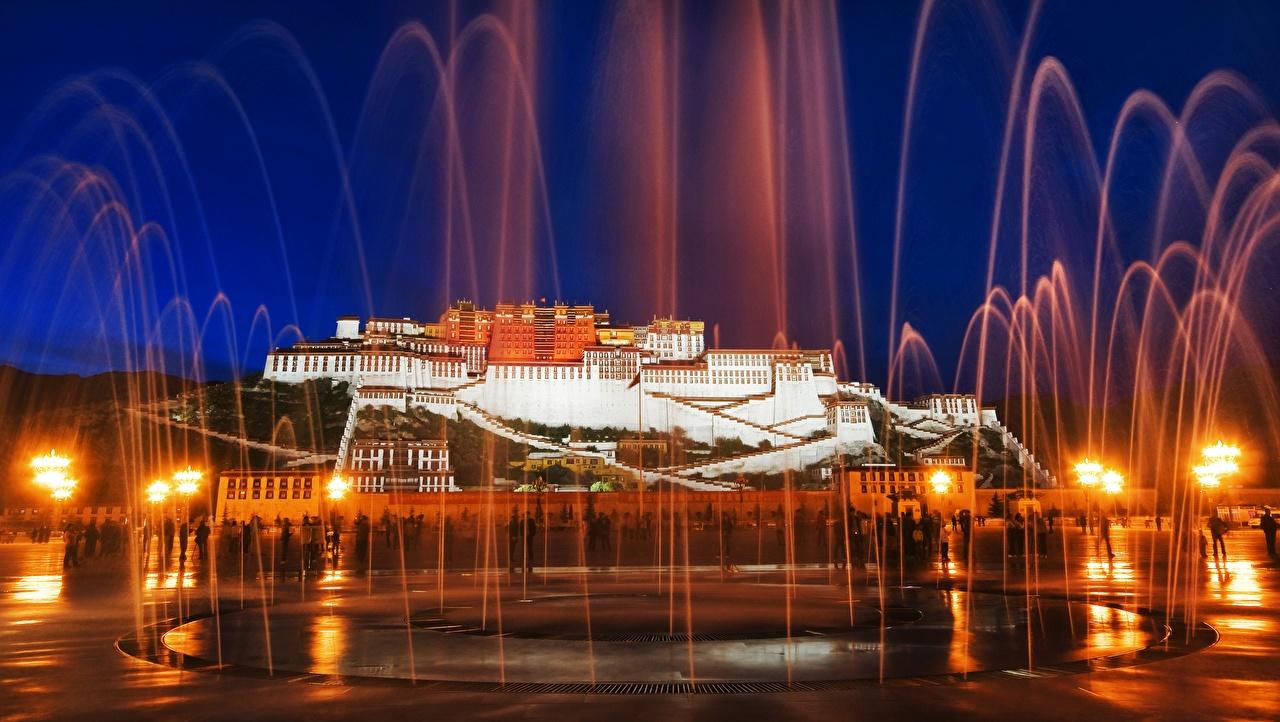 Картинка дворца Китай Фонтаны Памятники Potala palace, mount Marpo Ri, Lhasa's, Tibet Autonomous region Ночь Уличные фонари Города Дворец ночью в ночи Ночные город