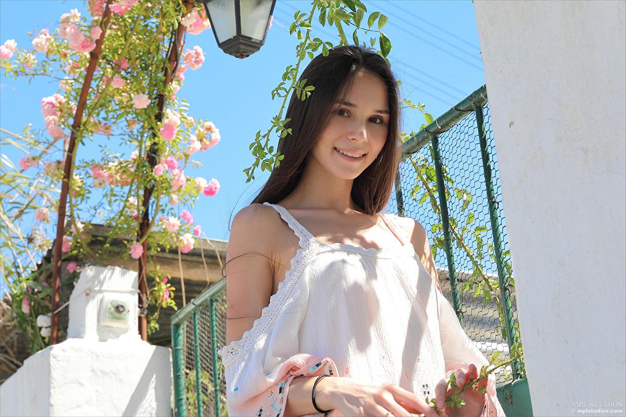 Фото Шатенка улыбается Leona Mia Милые девушка Взгляд шатенки Улыбка милая милый Миленькие Девушки молодые женщины молодая женщина смотрят смотрит