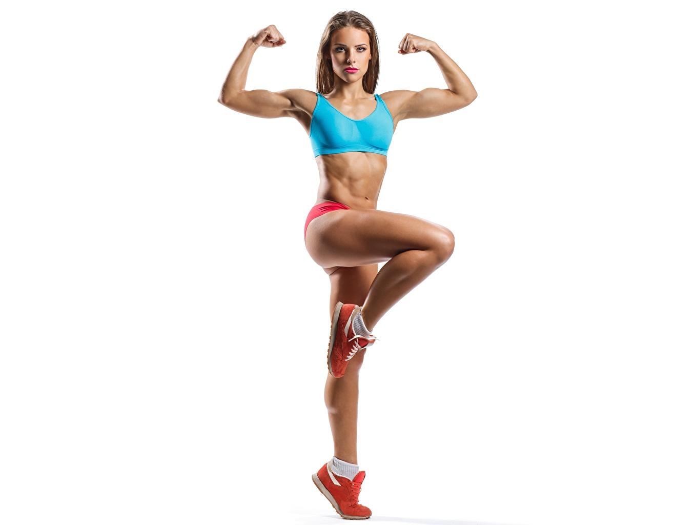 Фотография позирует Фитнес Спорт Девушки Ноги Руки смотрит Белый фон Поза девушка спортивные спортивный спортивная молодые женщины молодая женщина ног рука Взгляд смотрят белом фоне белым фоном