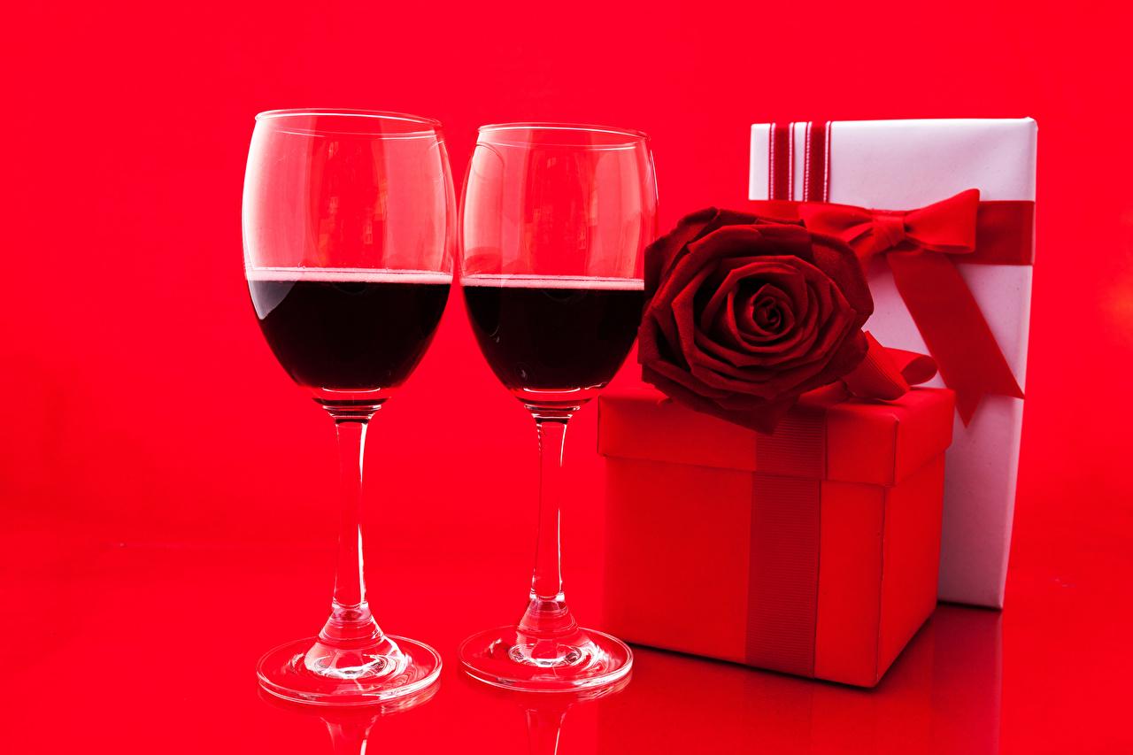 Картинка Двое роза Вино Подарки Еда бокал Праздники Красный фон 2 две два Розы вдвоем подарок подарков Пища Бокалы Продукты питания красном фоне