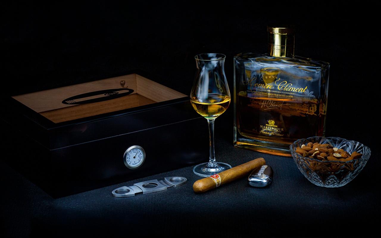 Картинка Сигара Алкогольные напитки ром, зажигалка Коробка Пища Рюмка Бутылка Орехи сигары сигарой коробки коробке Еда рюмки бутылки Продукты питания