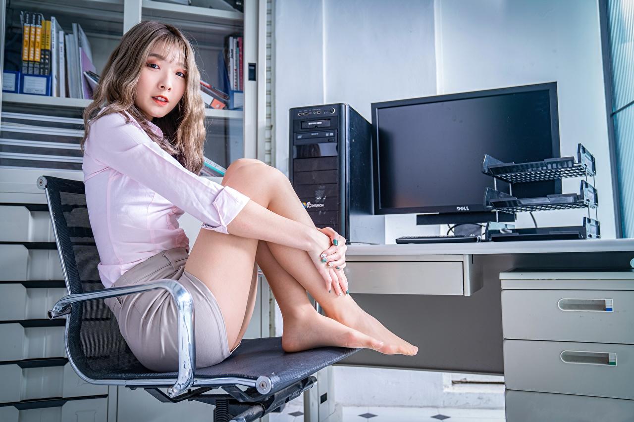 Фото шатенки секретарша позирует Девушки ног Азиаты сидя Кресло Взгляд Офис Шатенка Секретарши Поза девушка молодая женщина молодые женщины Ноги азиатки азиатка Сидит сидящие смотрит смотрят