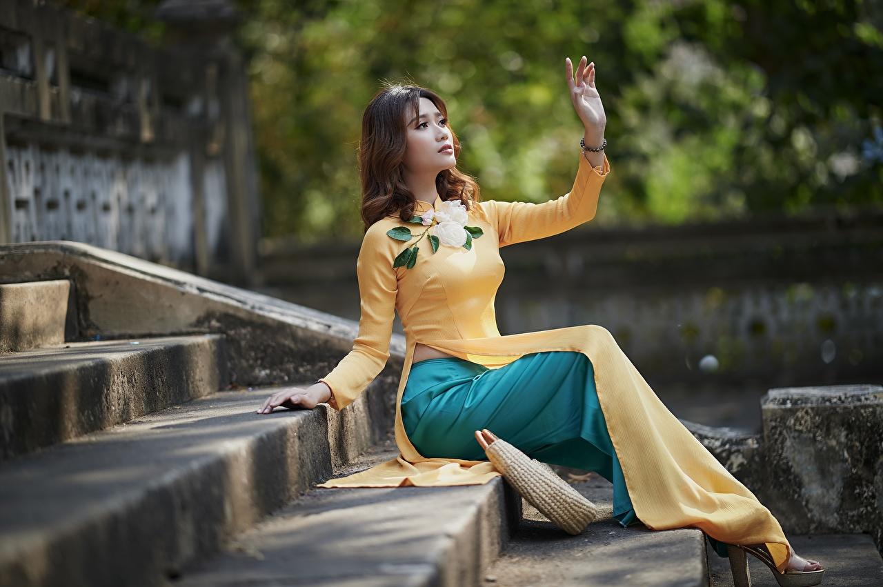 Обои для рабочего стола Девушки Лестница Азиаты рука Сидит платья девушка лестницы молодая женщина молодые женщины азиатки азиатка Руки сидя сидящие Платье
