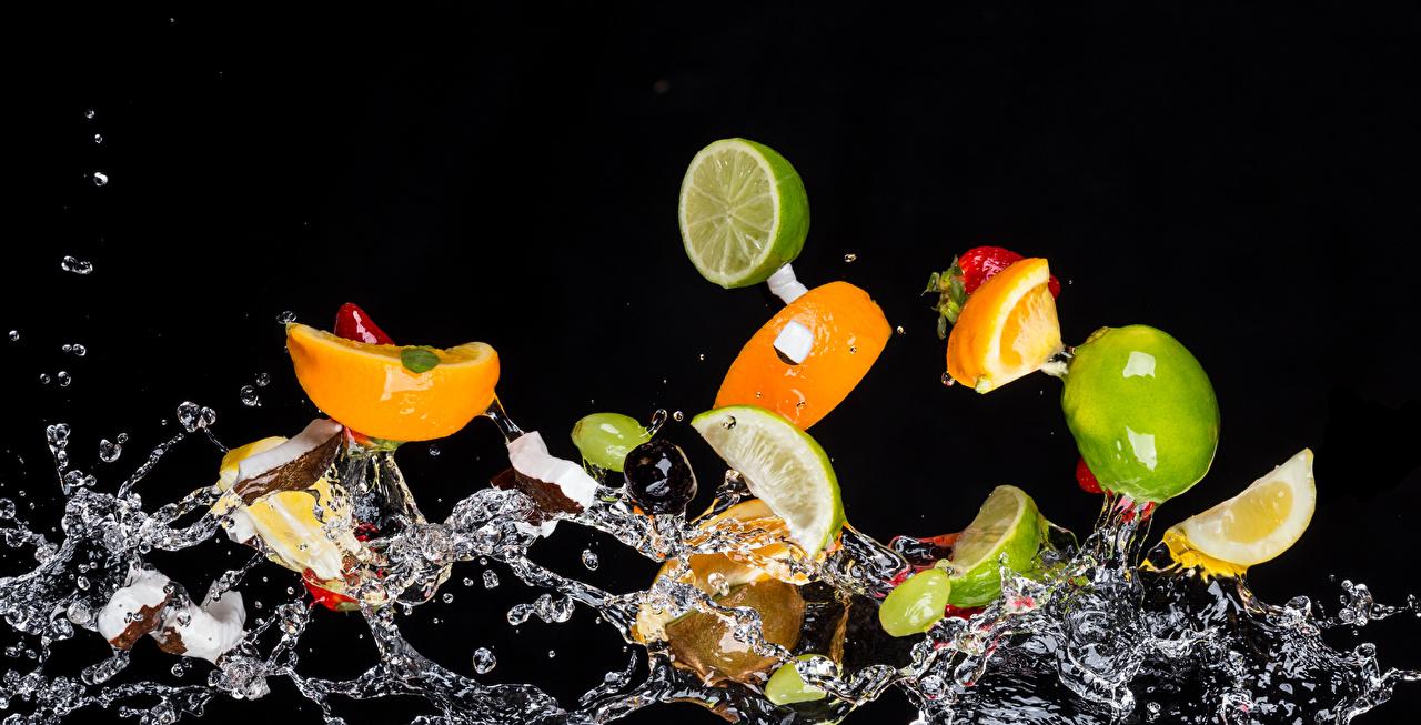 Фото Брызги воде Фрукты Продукты питания на черном фоне с брызгами Еда Пища Вода Черный фон