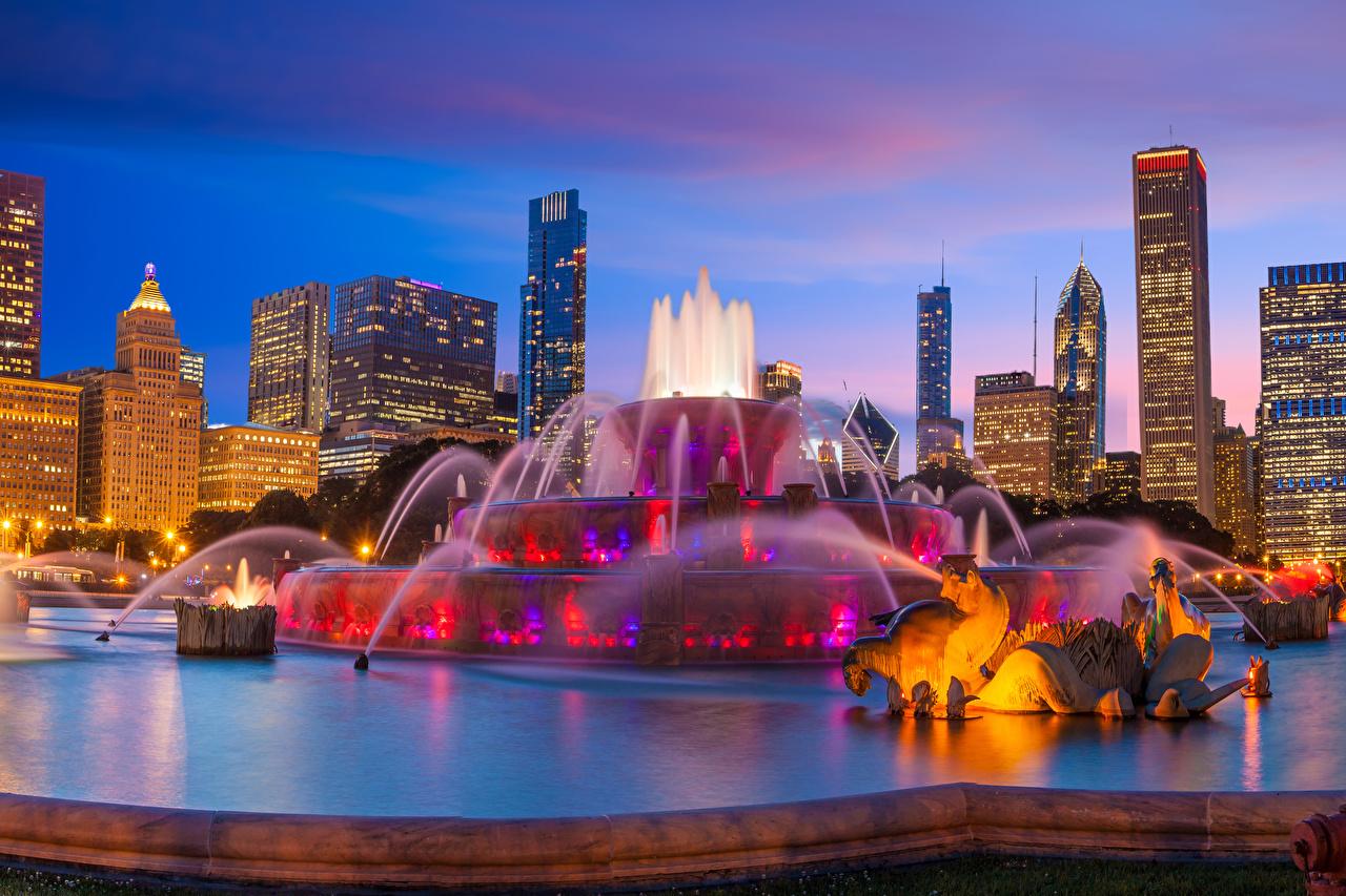 Фото Чикаго город США Фонтаны Buckingham Fountain Вечер Здания Города Скульптуры штаты Дома