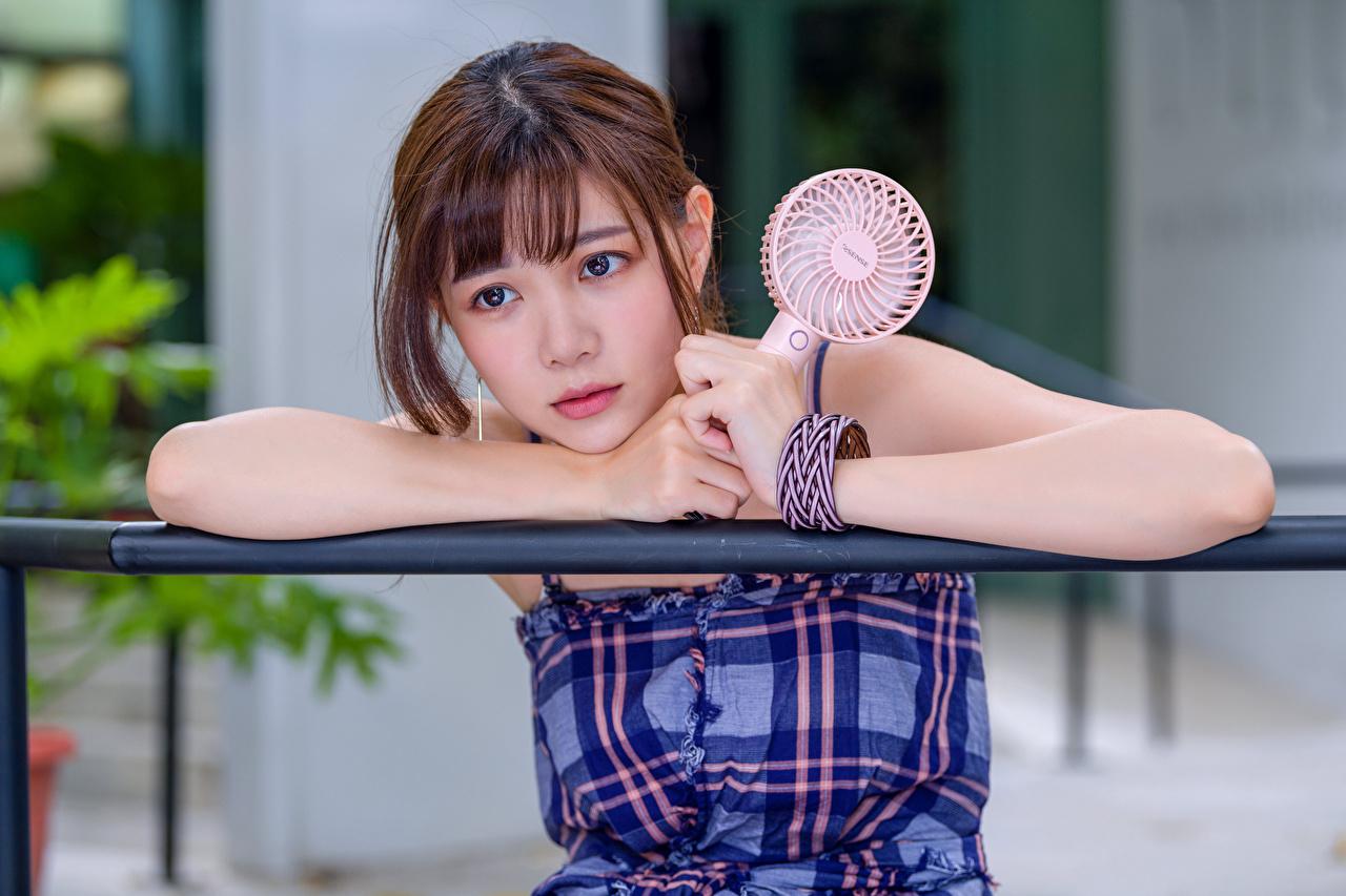 Картинка Шатенка Милые девушка азиатка Руки Взгляд шатенки милая милый Миленькие Девушки молодая женщина молодые женщины Азиаты азиатки рука смотрит смотрят