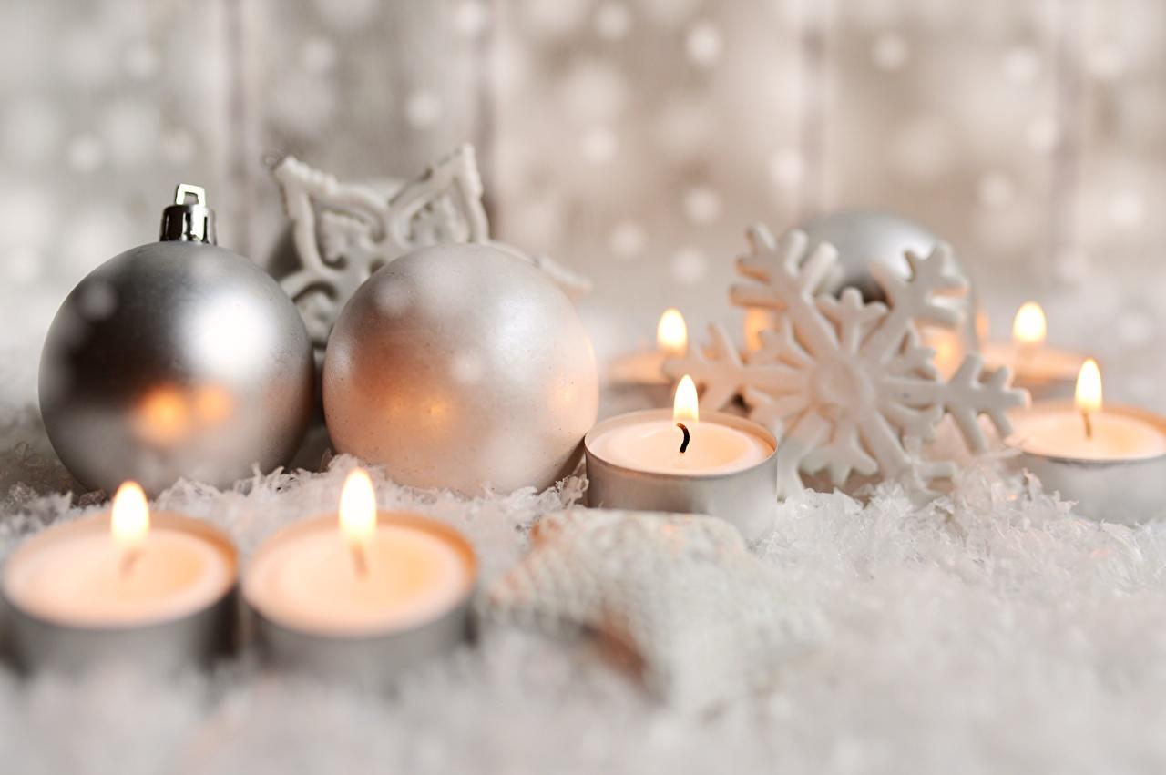 Картинки Рождество боке снежинка Огонь Свечи Шарики Новый год Размытый фон Снежинки пламя Шар