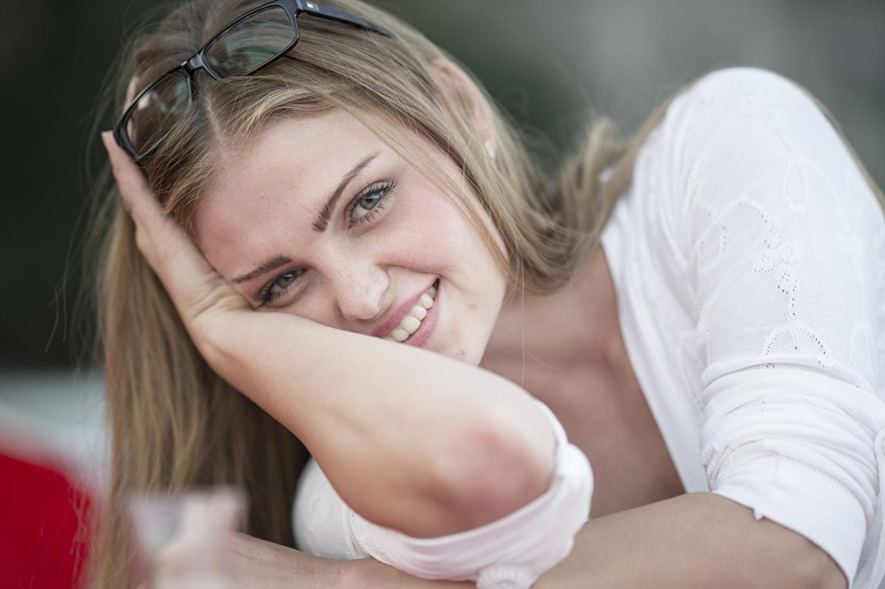 Обои для рабочего стола русая Улыбка Девушки Руки очков смотрит русых Русые улыбается девушка молодая женщина молодые женщины Очки рука очках Взгляд смотрят