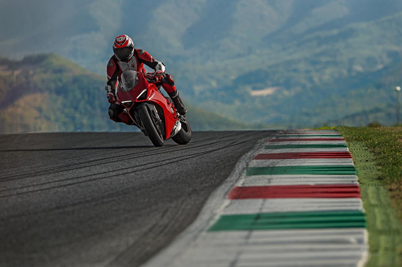 Фотографии Дукати 2018 Panigale V4 S Мотоциклы Движение Мотоциклист Ducati едущий скорость