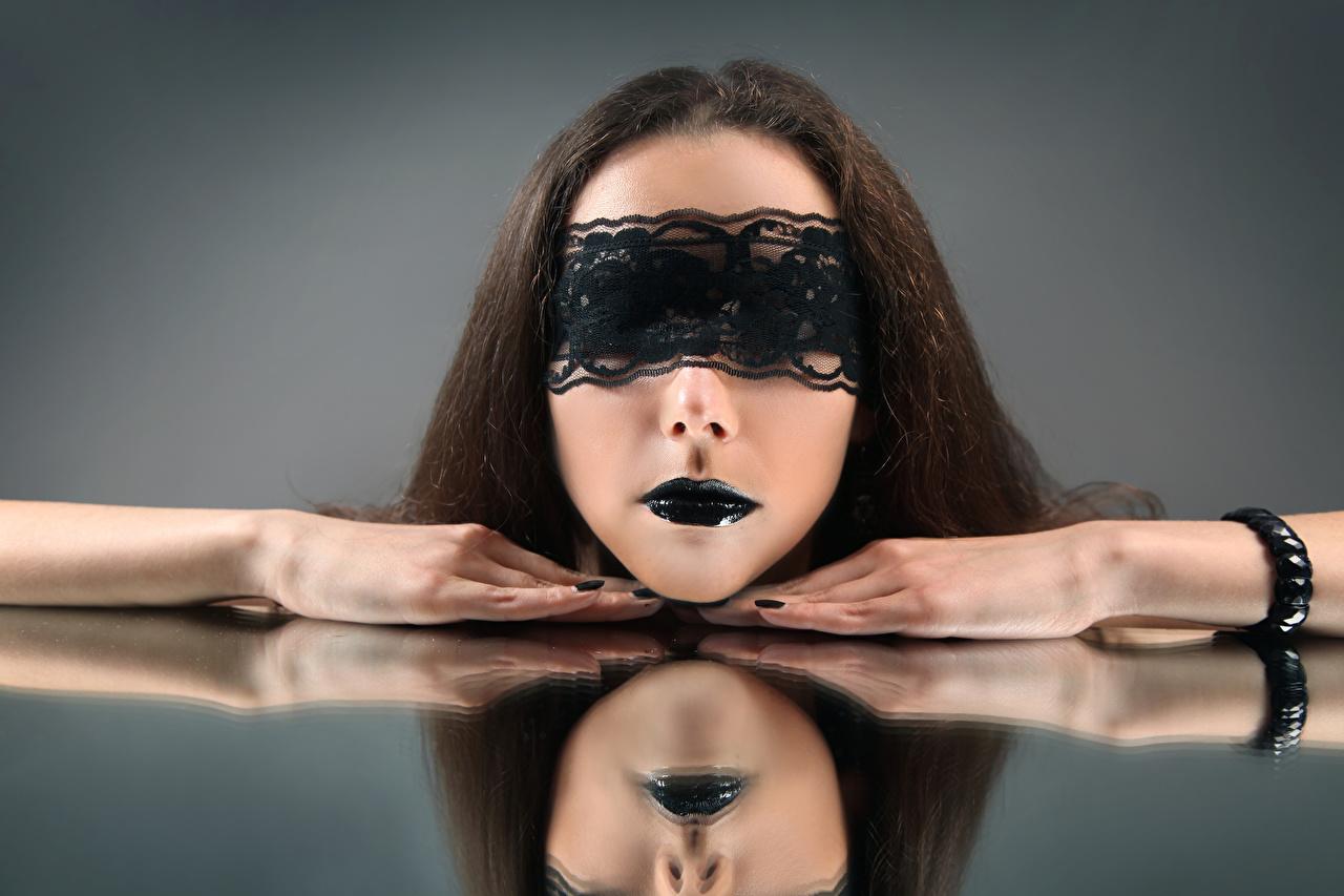 Картинки Шатенка Макияж молодые женщины Руки Маски Серый фон шатенки мейкап косметика на лице девушка Девушки молодая женщина рука сером фоне