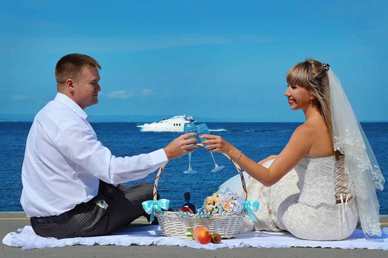 Фотографии Жених Невеста Свадьба Мужчины Влюбленные пары вдвоем Девушки Корзина Бокалы сидящие любовники 2 Двое Корзинка Сидит
