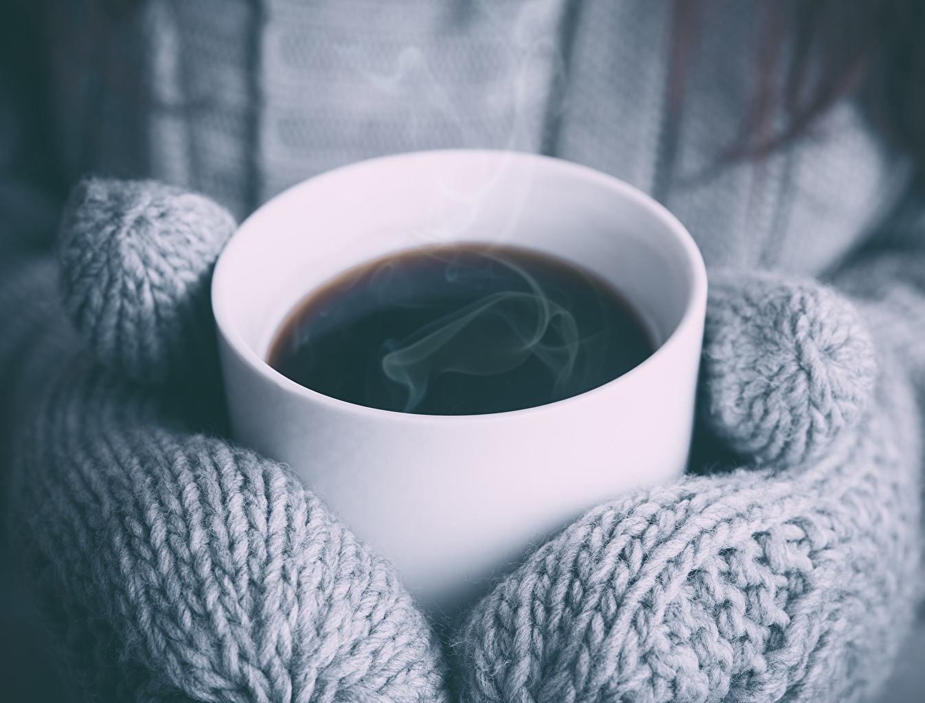 Фотографии рукавицы Кофе Пар Еда Чашка Крупным планом Варежки варежках рукавицах пары Пища чашке паром Продукты питания вблизи