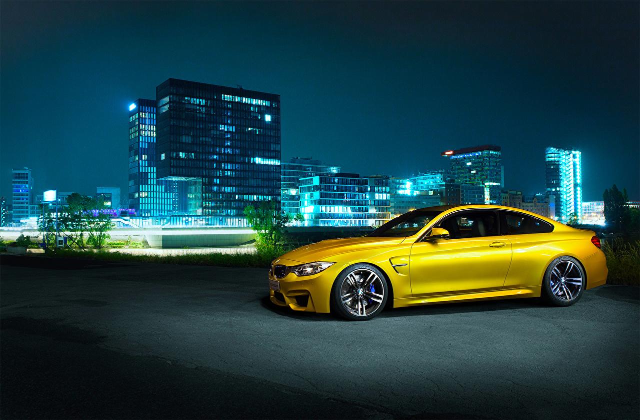 Обои для рабочего стола БМВ Германия F82 M4 Желтый Сбоку Ночные автомобиль BMW желтая желтые желтых Ночь авто ночью в ночи машины машина Автомобили