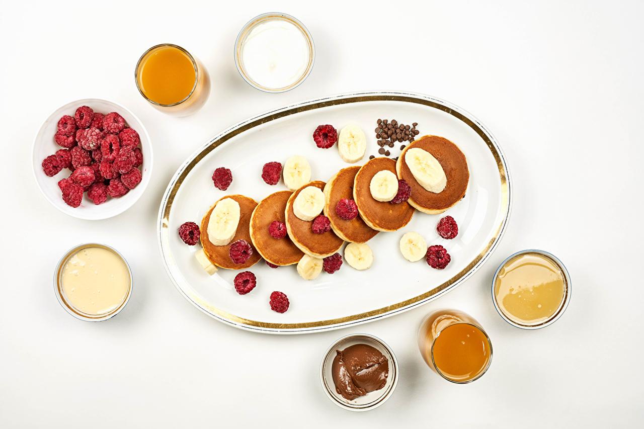 Картинки Сметана Мед Блины Малина Бананы Пища Белый фон Еда Продукты питания белом фоне белым фоном