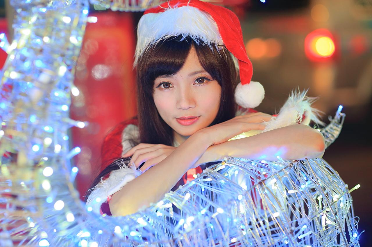 Фотографии Новый год Шапки Девушки Азиаты смотрит Рождество Взгляд