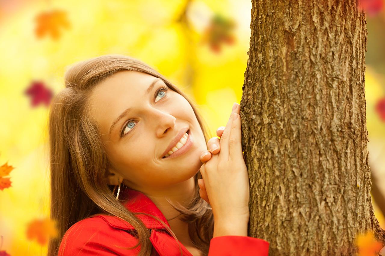 Фото шатенки улыбается Девушки Ствол дерева Руки смотрит Шатенка Улыбка девушка молодые женщины молодая женщина рука Взгляд смотрят