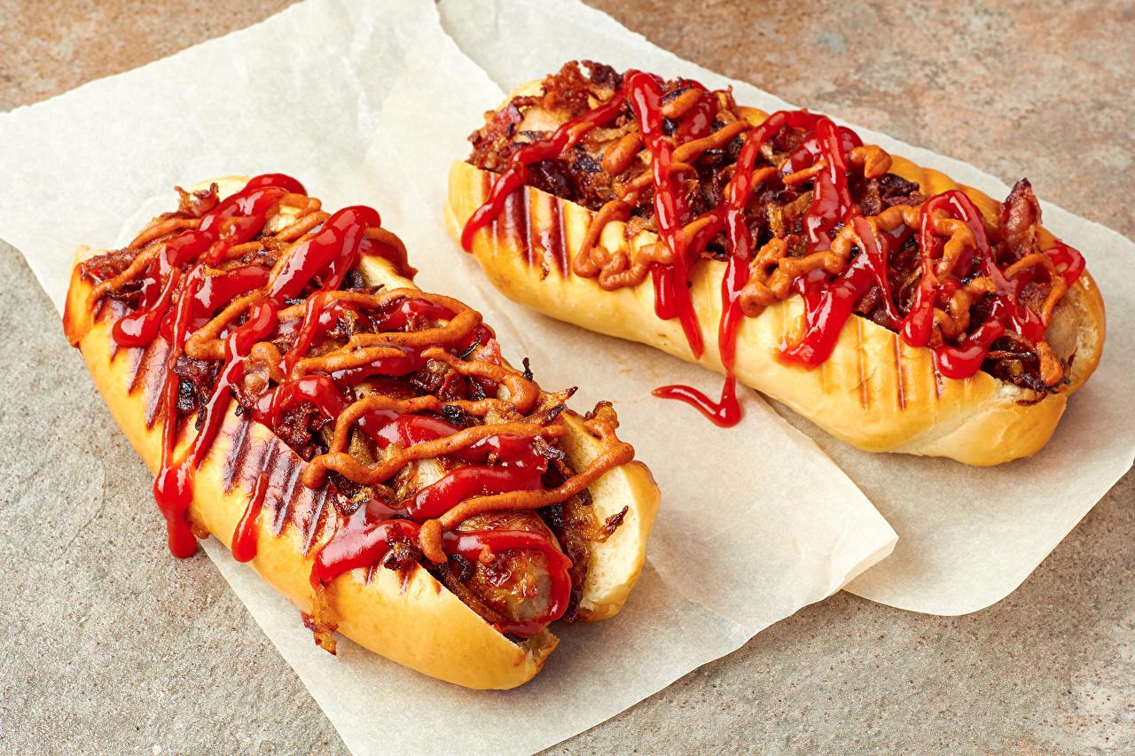 Фото Двое Хот-дог Булочки кетчупом Быстрое питание Еда 2 два две вдвоем Кетчуп кетчупа Фастфуд Пища Продукты питания
