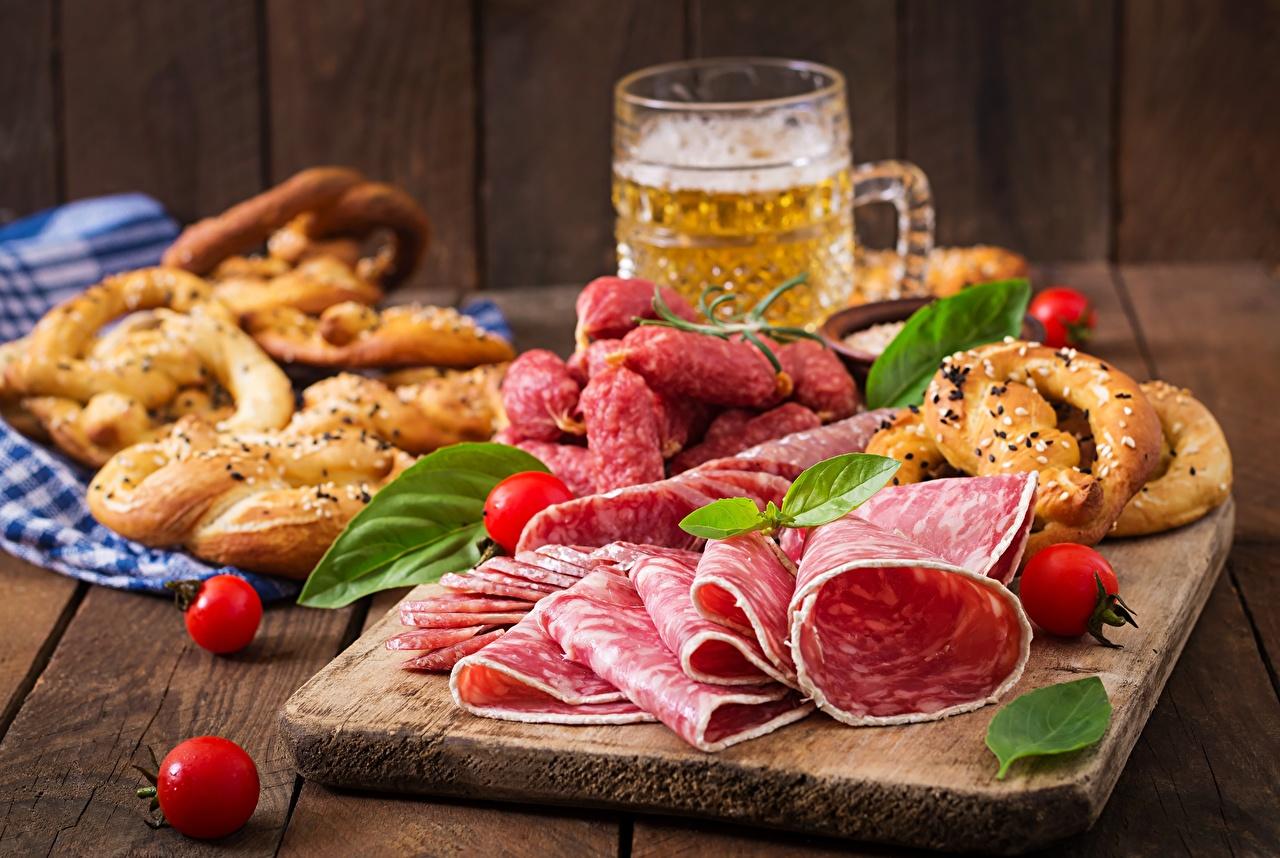 Фото Пиво Колбаса Пища разделочной доске Еда Продукты питания Разделочная доска
