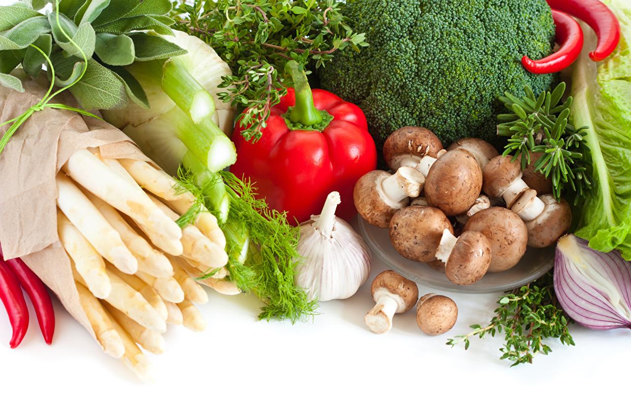 Фотография Грибы Чеснок Пища Перец Овощи белым фоном Еда Продукты питания Белый фон белом фоне