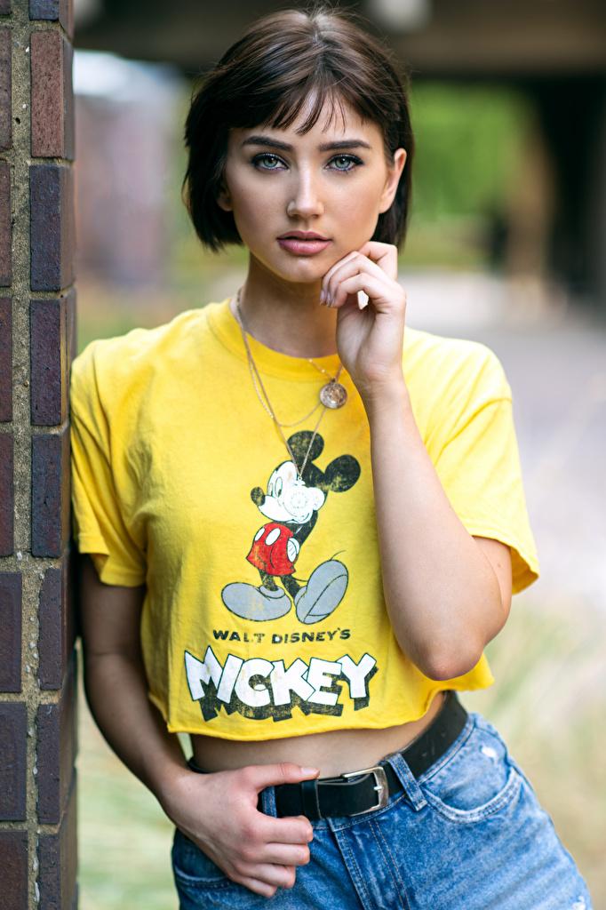 Картинка Размытый фон девушка Футболка Руки смотрит  для мобильного телефона боке Девушки футболке молодая женщина молодые женщины рука Взгляд смотрят