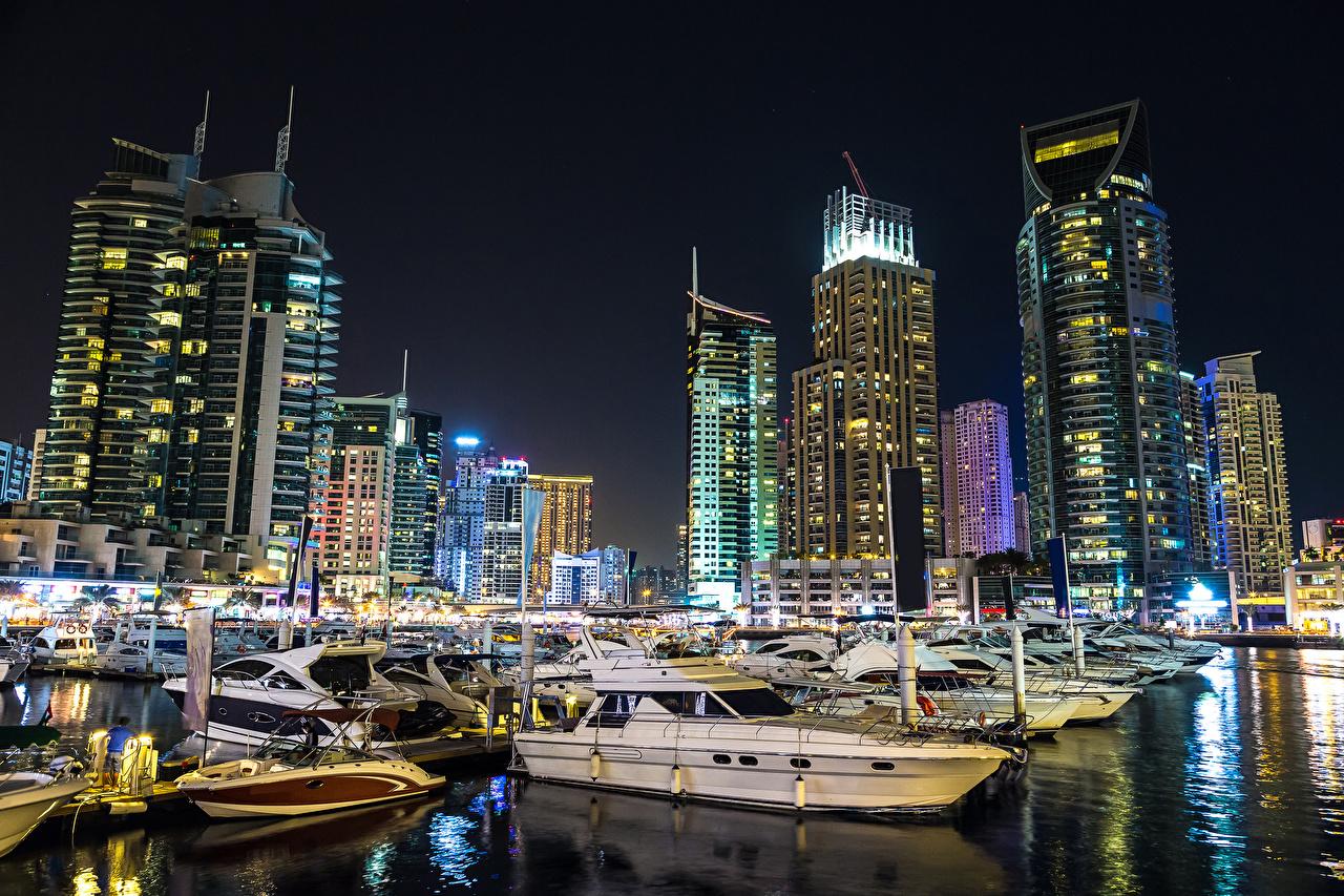 Обои для рабочего стола Дубай ОАЭ корабль в ночи Катера Пристань Дома Города Объединённые Арабские Эмираты Корабли Ночь Пирсы ночью Ночные Причалы город Здания