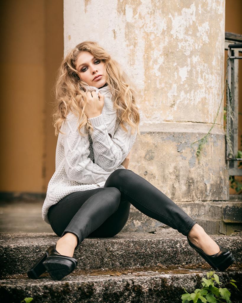 Картинки блондинки Sladjana Девушки ног свитера сидя Взгляд  для мобильного телефона Блондинка блондинок девушка молодая женщина молодые женщины Ноги Свитер свитере Сидит сидящие смотрит смотрят
