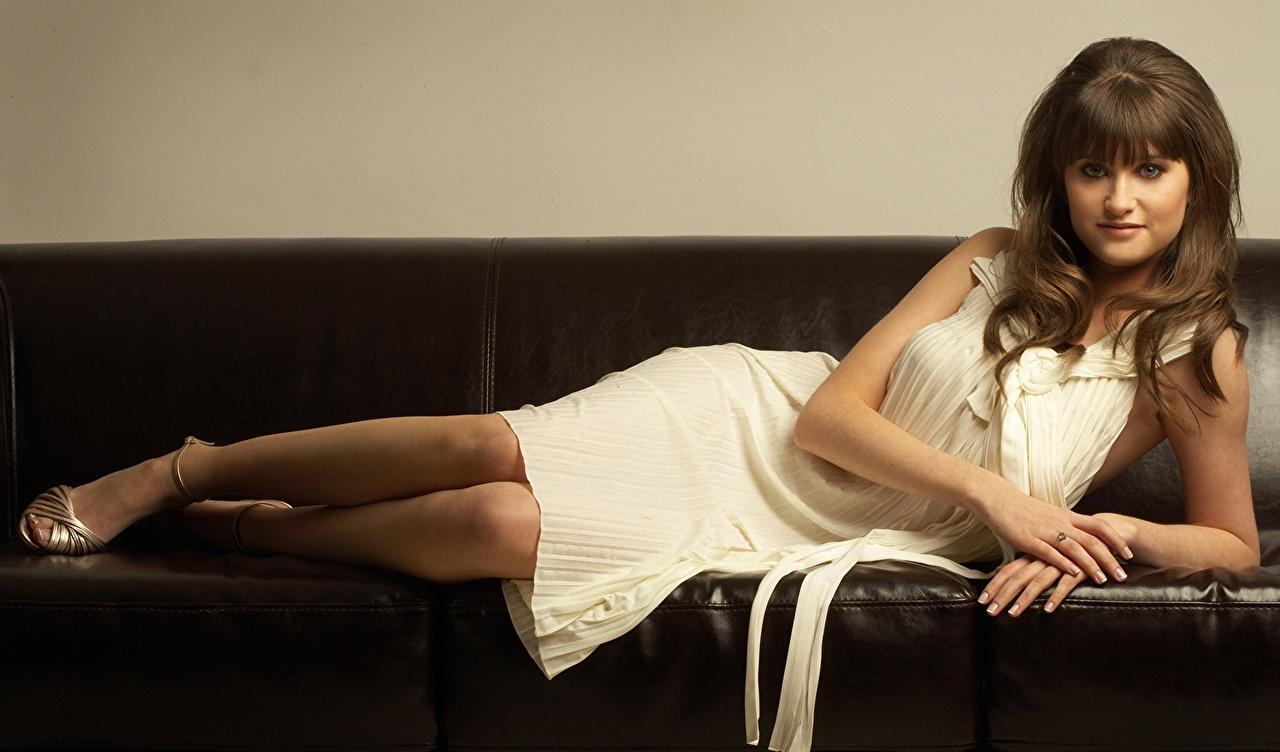 Обои для рабочего стола Charley Webb Брюнетка диване смотрит Знаменитости Платье брюнеток брюнетки Диван Взгляд смотрят платья