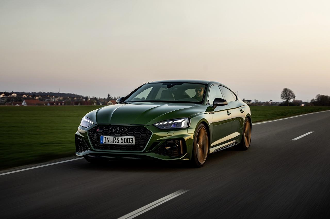 Фотографии Audi RS5 Sportback, 2020 зеленые Дороги едущий машина Металлик Ауди зеленая Зеленый зеленых едет едущая Движение скорость авто машины Автомобили автомобиль