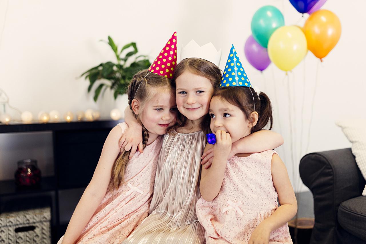 Фотография Девочки День рождения Дети Объятие втроем Праздники девочка ребёнок обнимает обнимаются три Трое 3