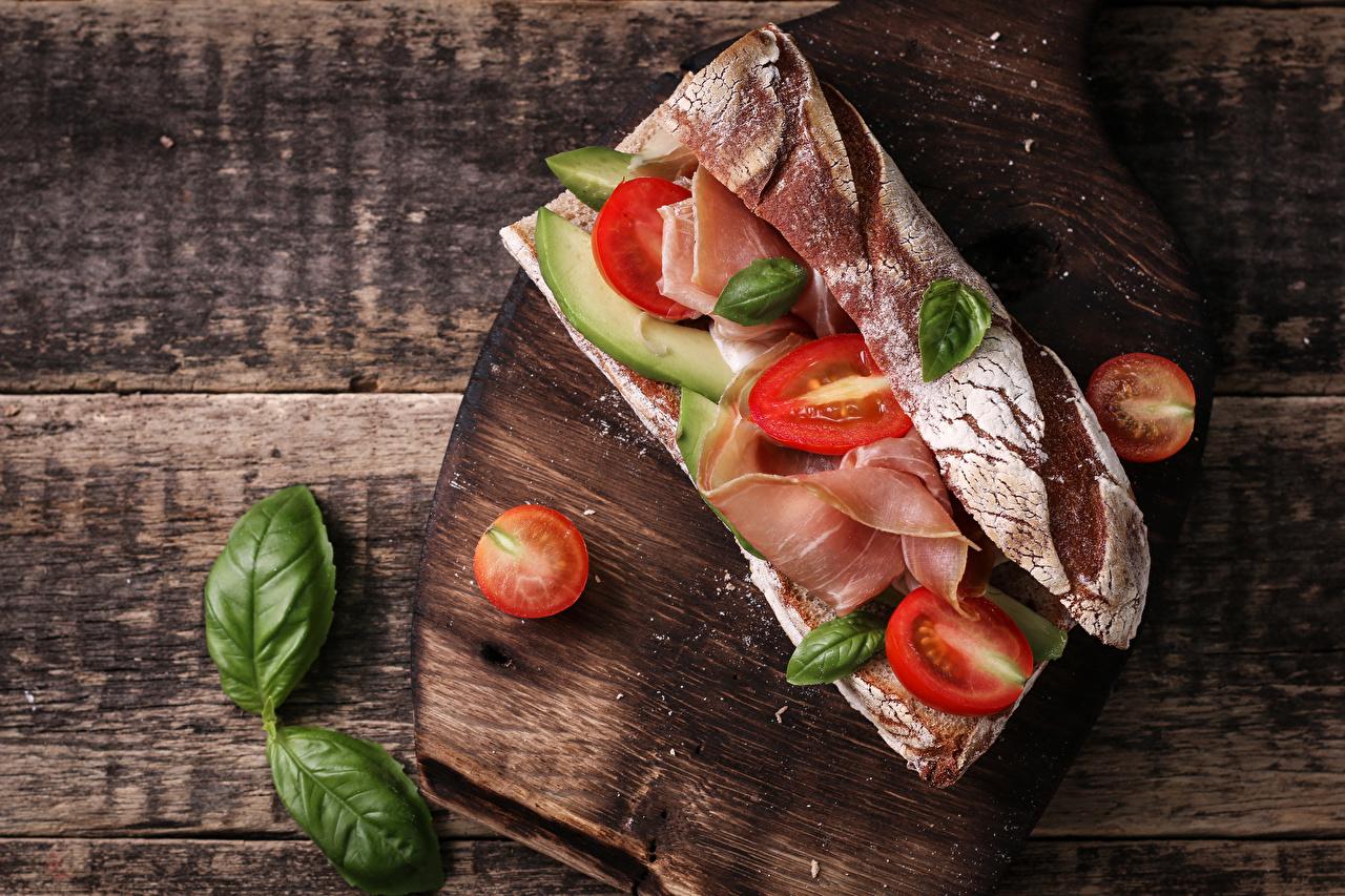 Обои Томаты Сэндвич Хлеб Ветчина Продукты питания Разделочная доска Доски Помидоры Еда Пища разделочной доске