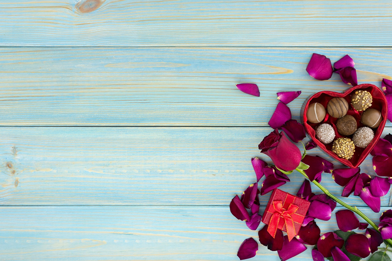 Картинка День святого Валентина роза Конфеты Лепестки Цветы Пища Шаблон поздравительной открытки Доски День всех влюблённых Розы лепестков цветок Еда Продукты питания