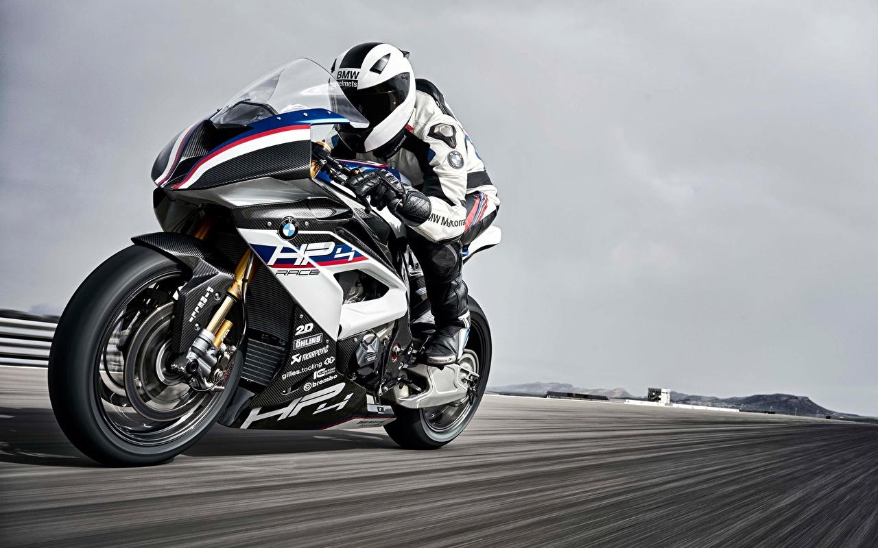 Фотография BMW 2017 HP4 мотоцикл скорость Мотоциклист БМВ Мотоциклы едет едущий едущая Движение